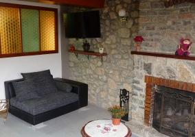 Terraza acristalada con mesa y sillas