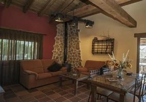 Porche de la casa con muebles y persianas
