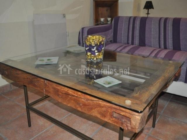 mesa baja de madera y cristal en sala de estar