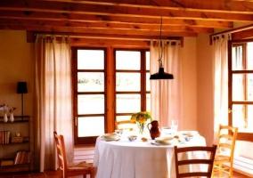 Amplia cocina con encimera de madera