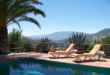 Casas rurales con piscina en restabal for Alquiler casa con piscina granada