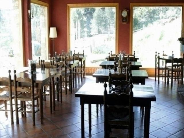 Comedor con mesas y sillas de madera