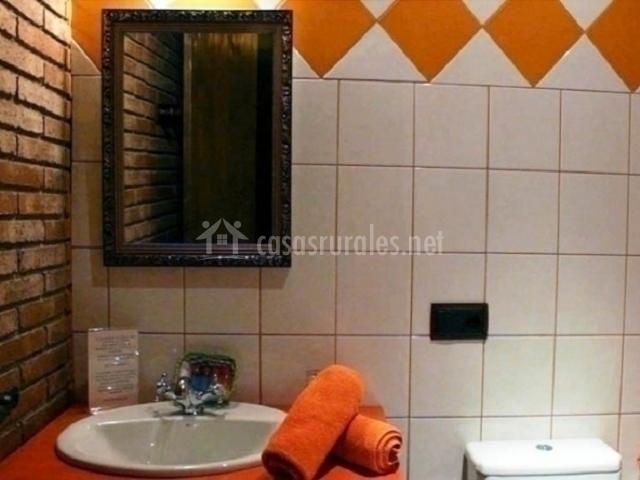 Baño de color naranja de habitación doble