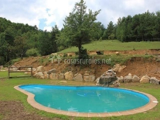 La naturaleza rodea a la piscina