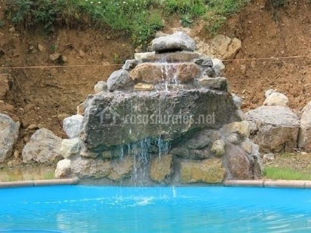 Preciosa piscina con cascada