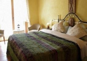Dormitorio con cama de matrimonio con colcha verde