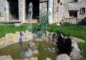 La fuente decora el jardín