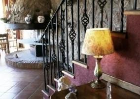 Las escaleras con chimenea antigua al fondo