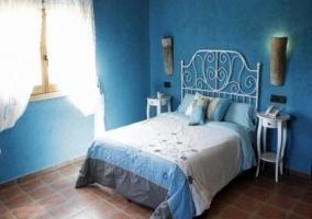 Habitación con tonos azules que forman la suite