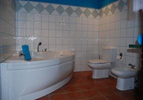 Jaccuzi en la suite con tonos azules