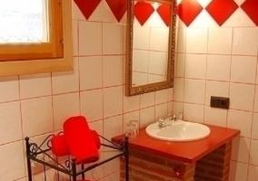 Baño de color rojo con ropa de ducha