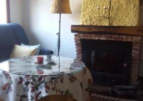 Acceso a la casa con terraza y macetas