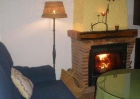 Sala de estar con chimenea y mesita