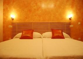 Dormitorio en naranja con camas individuales