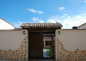 Puerta de entrada a la parcela