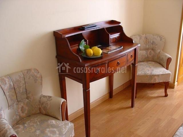 dormitorio especial con sillones tapizados