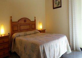Habitación azul de matrimonio con muebles de madera clara