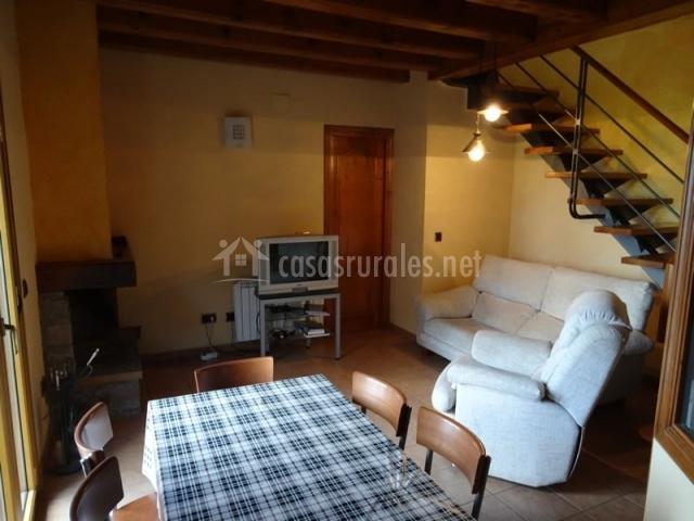 Casa astasia en montcortes de pallars lleida for Sala de estar y comedor