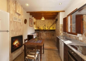 Mesa de comedor con mueble al lado y chimenea