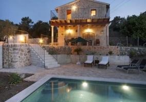 Vista exterior del alojamiento y la piscina