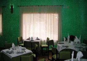 Restaurante con paredes verdes