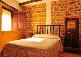 Bonito y luminoso dormitorio con cama de matrimonio
