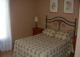 Dormitorio con mesilla y dos camas