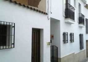 Acceso principal con fachada en blanco