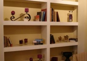 Comedor de la casa comunicado con la sala de estar y detalles