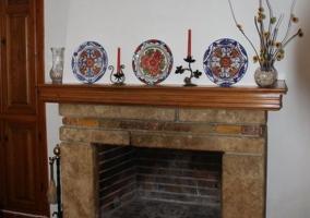 Gran mesa rectangular en el salón con chimenea al fondo