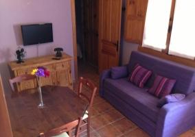 Sala de estar con televisor colgado en la pared
