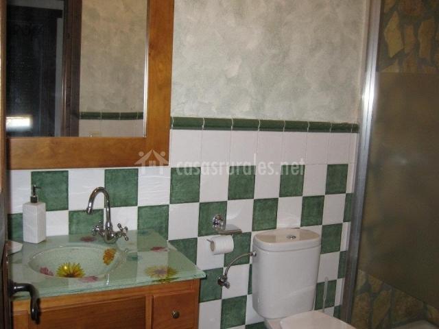 Servicio con ducha y muebles en madera