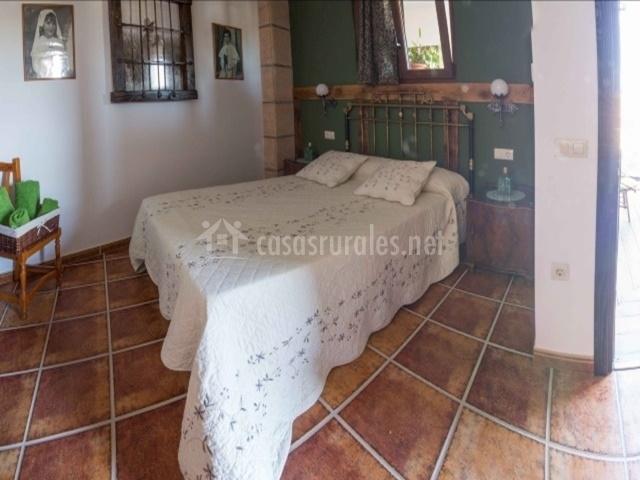 Dormitorio de matrimonio con cabecero en rejilla