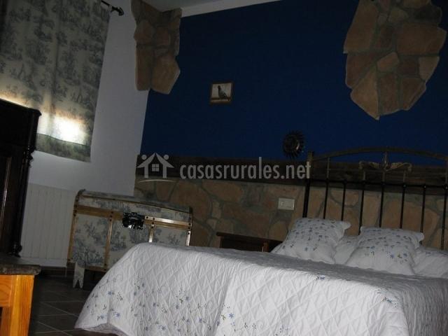 Habitación con amplia cama de matrimonio