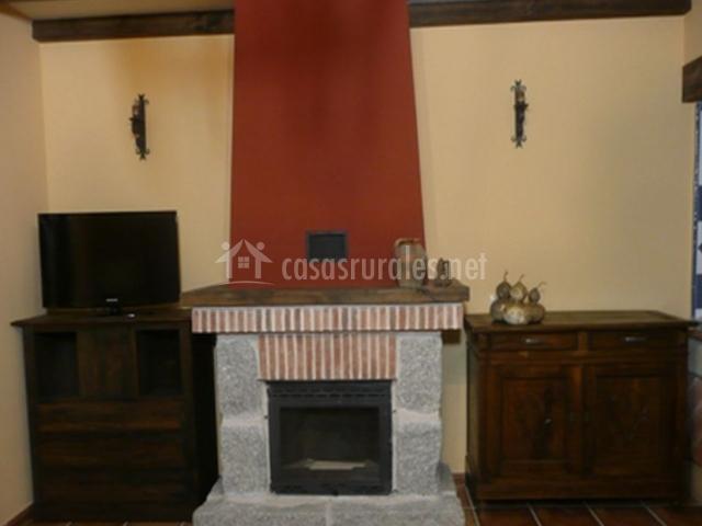 Salón con chimenea en piedra