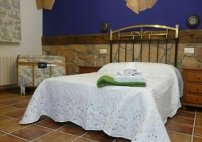 Dormitorio de matrimonio con pared azul