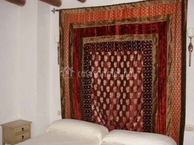 Dormitorio doble con camas individuales y cabecero original