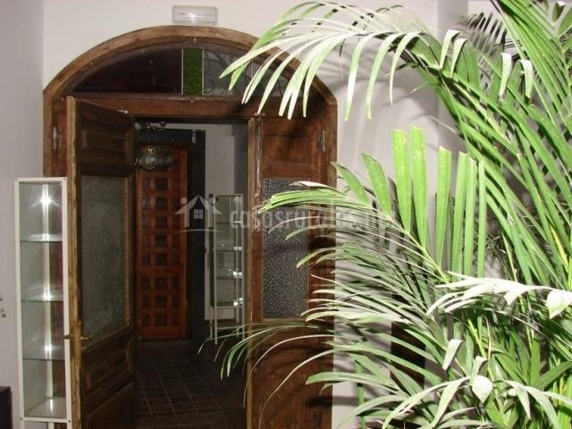 Hall recibidor con puerta de madera