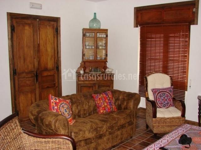 Salón con sofá y alacena