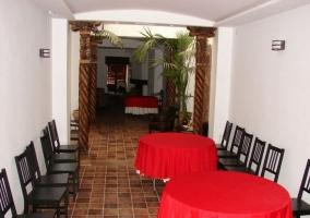 Comedor con mesas redondas y sillas