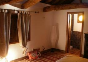 Dormitorio doble abuhardillado con aseo