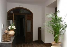 Hall recibidor con puerta y muebles