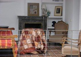 Sala de estar con chimenea abalconado