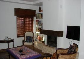 Salón con televisor de plasma y chimenea