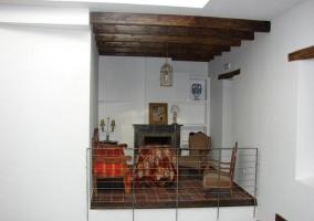 Vistas de la sala de estar con chimenea