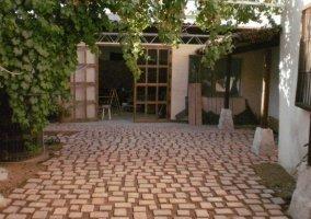 Vistas del acceso con patio empedrado