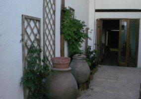 Vistas del acceso con tinajas