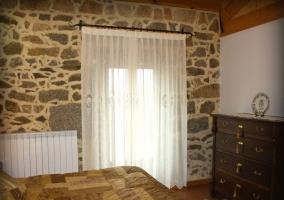 Habitación de matrimonio con ventanal y estupenda decoración