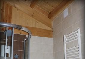 Baño de dormitorio con ducha de hidromasaje y con toallero calefactable