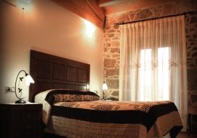 Dormitorio con preciosa decoración y ventanal al exterior